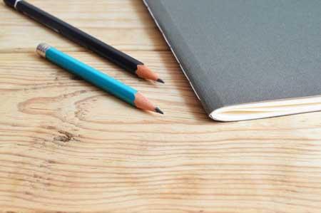 Cuderno y lápiz en una meza para resolver examen terman merril